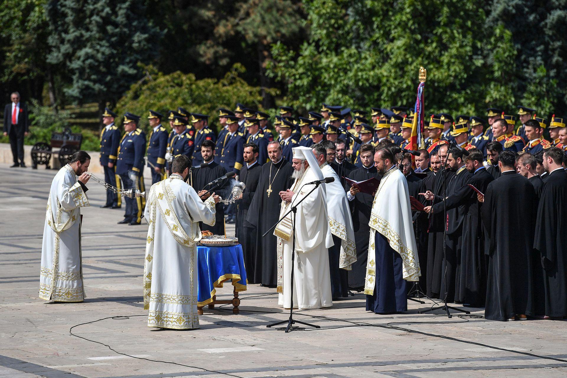 Pomenirea cu recunoștință a tuturor eroilor români care s-au jertfit pentru unitatea, libertatea si demnitatea poporului român este o datorie a tuturor cetățenilor României! Toţi suntem chemați să păstrăm şi să cultivăm darul unităţii naţionale ca fiind un simbol al demnităţii poporului, obţinut cu multe jertfe de vieţi omeneşti şi multe eforturi spirituale şi materiale!